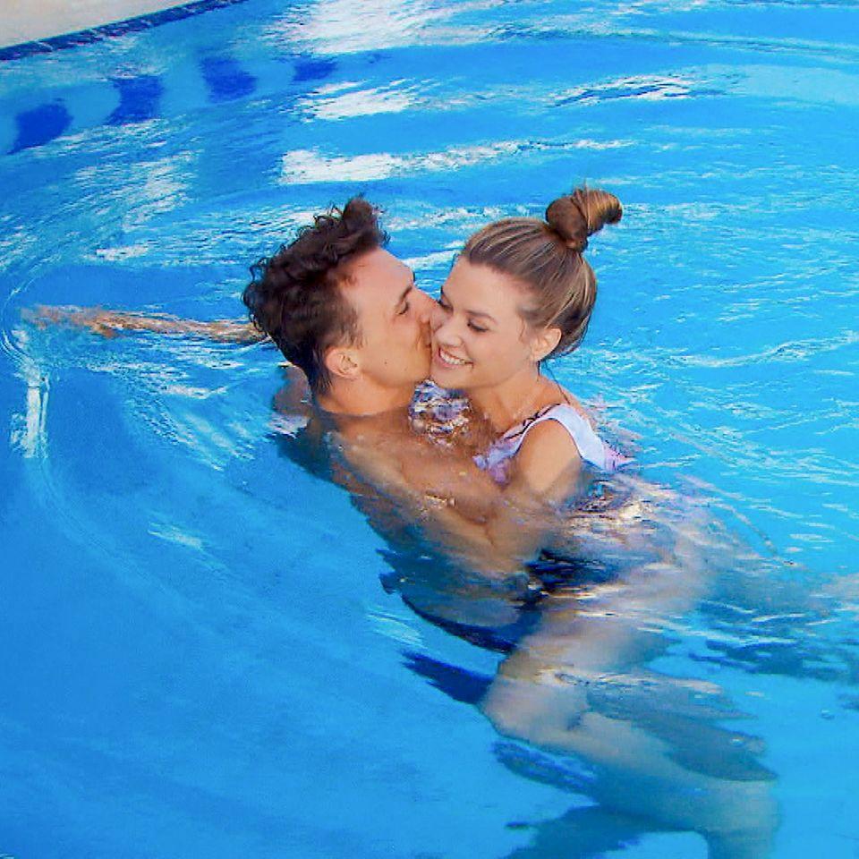 Nadine und Maxim flirten heftigim Pool