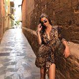 Wildkatzenalarm in den Straßen von Mallorca: In einem tief ausgeschnittenen Leo-Dress und mit Micro-Sonnenbrille posiert sie cool für die Kamera.