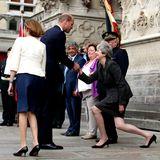 8. August 2018   Prinz William grüßt die knicksende Premierministerin Theresa May bei der Ankunft zur Gedenkfeier der Schlacht bei Amiens (1918) in Frankreich.