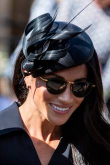Auch bei der Hochzeit von Harry langjährigen Freund Charlie Van Straubenzee trägt die junge Herzogin einen Fascinator des Designers Philip Treacy.