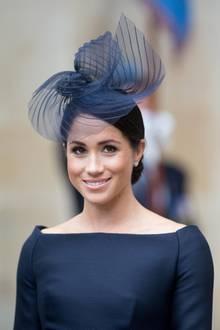 Auch diesen Look von Herzogin Meghan rundet ein auffälligerFascinator ab.