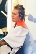Justin Bieber lässt sich in einem New Yorker Friseursalon die Haare schneiden. Gehört seine Zottelmähne jetzt etwa der Vergangenheit an?
