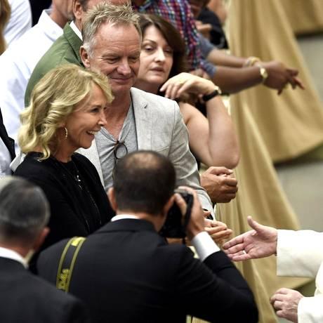 8. August 2018  Sänger Sting und seine Frau Trudie Styler freuen sich Papst Franziskus im Vatikan die Hand geben zu können.