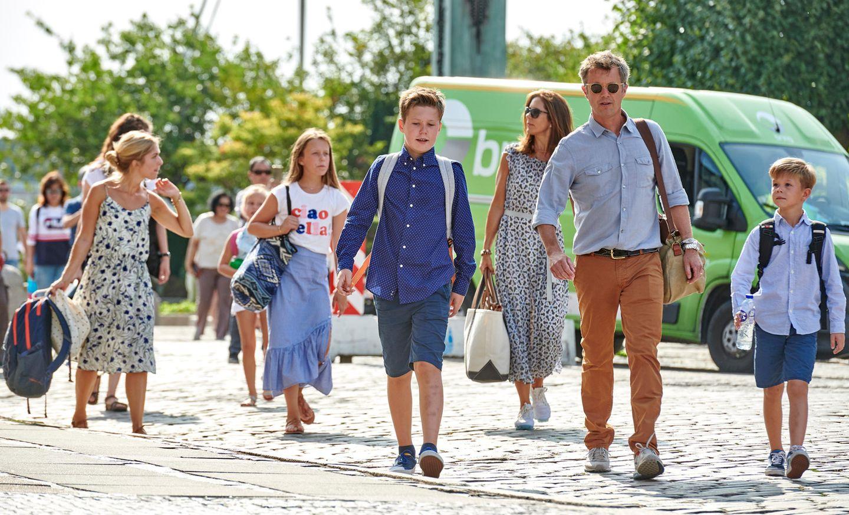 8. August 2018  Mary, Frederik und die Kinder kehren aus dem Urlaub zurück und werden herzlich im Hafen in Kopenhagen empfangen. Angekommen ist die Kronprinzenfamiliemit der königlichen Jacht Dannebrog.