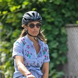 In einem hellblauen Blumenkleid radelt Pippa durch London. Ihre Babykugel ist mittlerweile nicht mehr zu übersehen, wie Sie auf dem nächsten Bild besonders gut sehen können ...