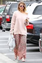 Schauspielerin Jessica Alba mit lässigem Oversize-Pullover.