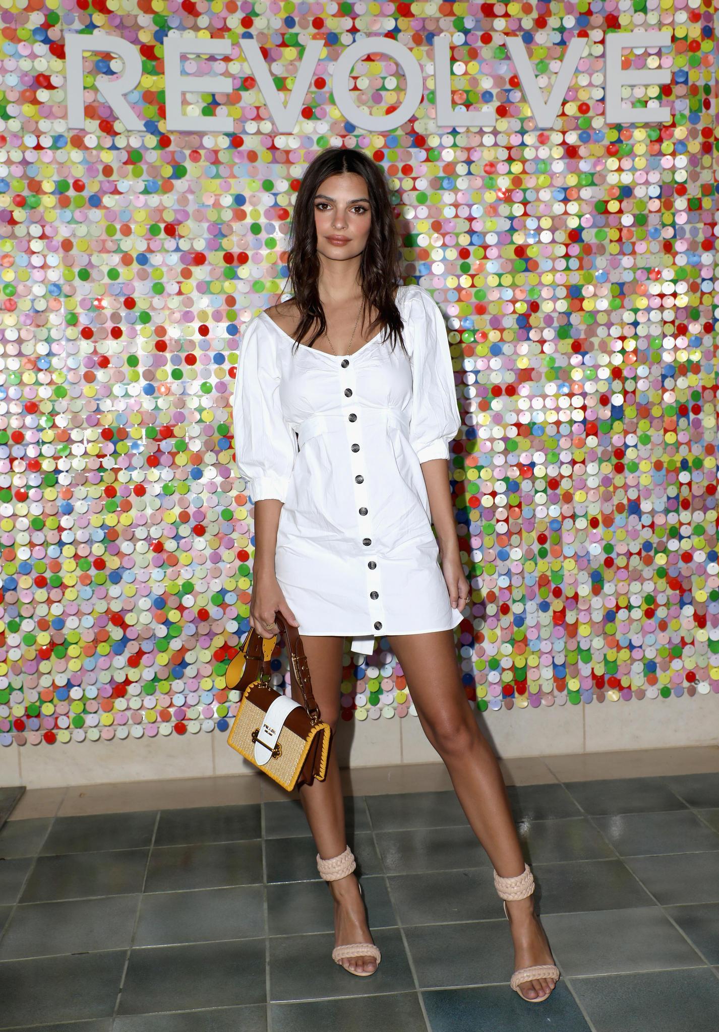 Emily Ratajkowski im stylischen Leinenkleid mit sichtbarer Knopfleiste
