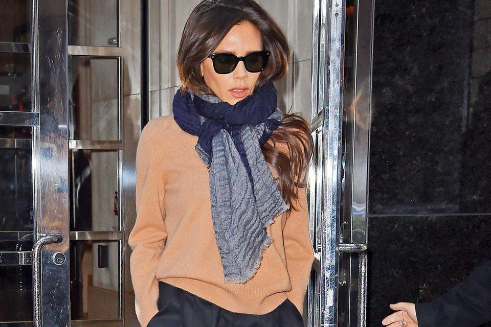 Victoria Beckham kombiniert ihre Culotte mit einem schlichten Feinstrick-Pullover