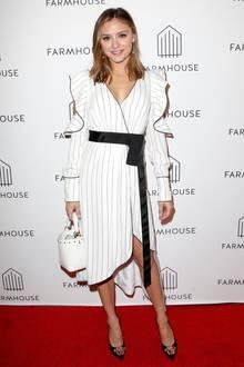 Christine Evangelista trägt einWickelkleid in Streifen-Optik