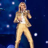 Golden Girl! Céline Dion rockt auch noch mit 50 die Bühnen dieser Welt und glänzt mit ihren coolen Outfits.