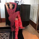 Diese Overknees brauchen einen Waffenschein! Zum roten Karo-Kleid von Calvin Klein kombiniert Céline Dion lackige Stiefel mit einem durchsichtigen Überzug.