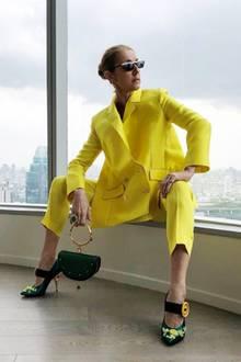 Bei diesem Look geht die Sonne auf: Sängerin Céline Dion strahlt in einem Hosenanzug von Maison Rabih Kayrouz. Dazu kombiniert sie absolute Hingucker-Accessoires: Schuhe und Sonnenbrille sind von Prada, ihre It-Bag von Chloé.