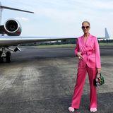 Pretty in Pink: So stilvoll und lässig verreist wohl nur ein Star wie Céline Dion. InPuschel-Schuhen von Manolo Blahnik abheben - ziemlich cool!