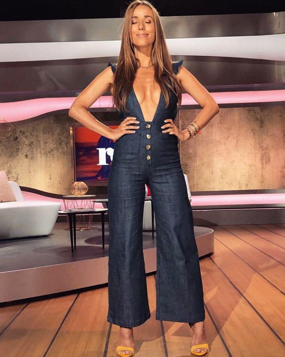 """Wow! Annemarie Carpendale moderiert """"Red"""" in einem heißen Jeans-Overall mit mega Dekolleté. Auf Instagram bekommt sie viele Komplimente für ihren tollen Körper. Drei Monate nach der Geburt ihres ersten Kindes präsentiert sie sich als sexy Mami!"""