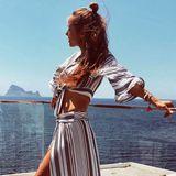 Hübscher Zweiteiler: Annemarie Carpendale posiert im Wind auf Ibiza in einer gestreiften Kombination aus Rock und Oberteil.