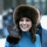 Bei einem Besuch in Norwegen im Februar 2018, trägt Herzogin Catherine einenblauen Catherine Walker Mantel und einem pelzigen schokoladenbraunen Hut von Lacorine.