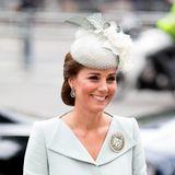Die Farbe Babyblau scheint es den beiden Schwestern angetan zu haben. Bei einem Gottesdienst in Westminster trägt Herzogin Catherine ein hellblaues Ensemble inklusive Hut.