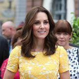 Bei ihrem Deutschlandbesuch im Juli 2017 trägt Herzogin Catherine ein Kleid in einem fröhlichen Gelbton von Jenny Packham, einer ihrer liebsten Designerinnen.