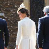 Auch Pippa erscheint in einem cremefarbenen Ensemble bei der Taufe ihrer Nichte Prinzessin Charlotte.