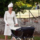 Bei der Taufe von Prinzessin Charlotte sehen sich die beiden Schwestern wirklich zum Verwechseln ähnlich. Herzogin Catherine trägt einen cremefarbenen Mantel von Alexander McQueen.