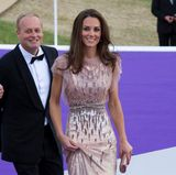 Im Juni 2011 erscheint Herzogin Catherine bei einer Gala für Kinder in einem rosafarbenen Glitzerkleid von Jenny Packham.