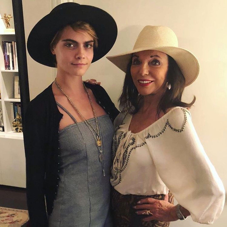 10. August 2018   Supermodel Cara Delevingne hat eine berühmte Patentante: Schauspielerin Joan Collins.