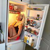 """9. August 2018  """"Hab einen neuen Schlafplatz gefunden"""", schreibt Daniela Katzenberger. Die Kultblondine hat bei den hohen Temperaturen mit ihrem Kühlschrank die ideale Stelle zum Abkühlen gefunden."""