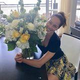 Man weiß gar nicht, wo man zuerst hinschauen soll: Zum zweiten Hochzeitstag bekommt Ana von ihrem Basti als Überraschung einen riesigen Blumenstrauß geschenkt. Ihr gemusterter Rock passt farblich perfekt.