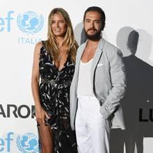 Bei der Sommer-Gala von UNICEF im italienischenPorto Cervo zeigen sich Heidi Klum und Tom Kaulitz im schwarz-weiß-grauen Partnerlook immer noch ganz verliebt.