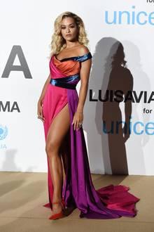 Für Rita Ora kann der Beinschlitz im knalligen Satin-Kleid gar nicht hoch genug sein.