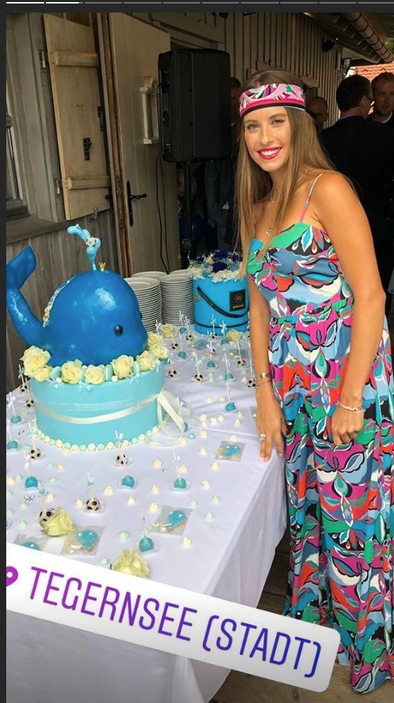 Cathy Hummels steht neben der Wal-Torte anlässlich der Taufe von Sohnemann Ludwig