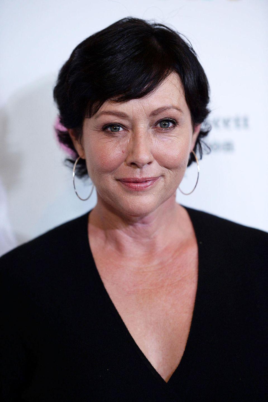 """Shannen hatte nach dem Ende von """"Charmed"""" zwar viele kleinere Film- und Fernsehrollen sowie Gastauftritte, aber ihr Ruf schien nicht mehr der beste. Ins hellere Rampenlicht brachte sie traurigerweise erst wieder der 2015 diagnostizierte Brustkrebs, nach OPs und Chemotherapie ist der Tumor aber nicht mehr nachweisbar. Wir drücken die Daumen, dass es so bleibt."""