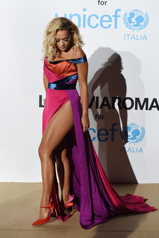 Beim Posieren auf dem roten Teppich der Unicef-Sommergala merkt Rita Ora schon, dass ihr Kleid ganz schön gefährlich ist. Die Beinschlitze sind einfach zu hoch, als dass es hier nicht zum Slip-Blitzer kommen könnte. Doch kämpft sie mit der falschen Seite...
