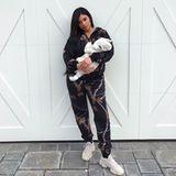 Wenn Kylie Jenner bei ihrer Tochter zu Hause ist, mag sie es gemütlich und schlüpft zum Beispiel in einen gemütlichen Onesie.