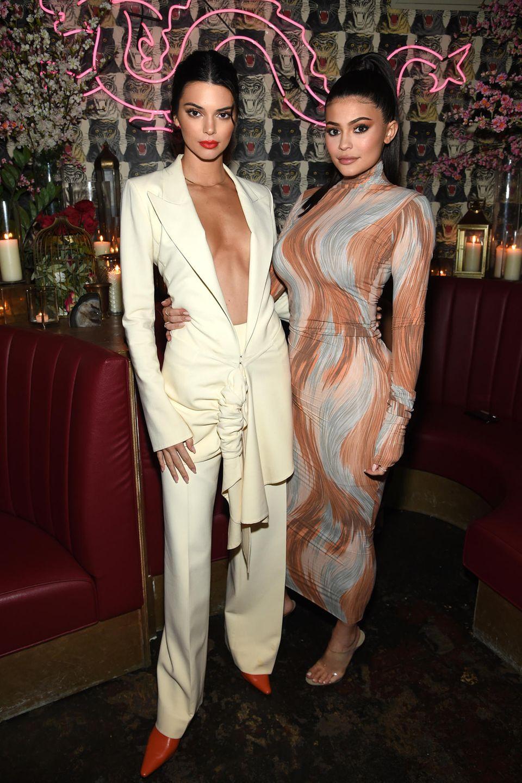 Im Kleid von Céline zeigt Kylie Jenner - ganz ungewohnt - wenig Haut und setzt auf eine optische Täuschung.