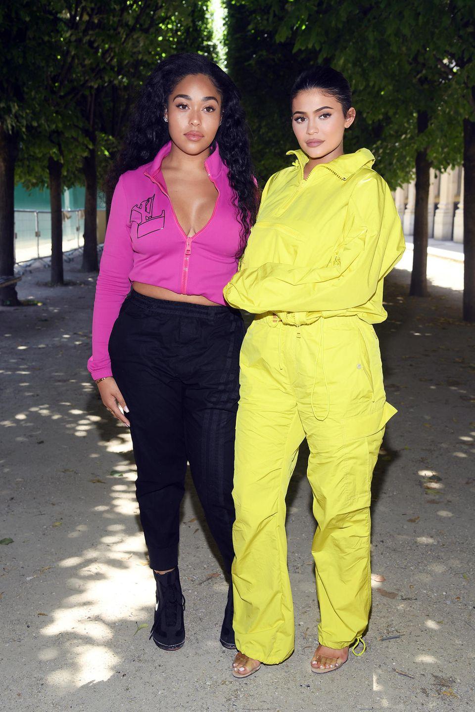 """Guido (Maria Kretschmer) würde an dieser Stelle sicherlich sagen: """"Der Anzug tut einfach nichts für sie."""" Denn der Einteiler, den Kylie Jenner hier trägt, lässt sie sehr unförmig und leicht froschig wirken."""