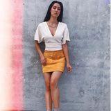 Für taff steht Rebecca Mir in einem sommerlichen Look vor der Kamera. Sie kombiniert Mini-Rock und Stiefeletten zu einem kurzen Fledermaus-Oberteil und schafft so eine tolle Silhouette.
