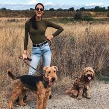 """An einem freien Tag am Wochenende kann Rebecca Mir ihr Zuhause und einen Spaziergang mit ihren """"Bodyguards"""" genießen. Zum Wohlfühlen trägt auch ihr legerer Look bei, der durch Gürtel und Sonnenbrille besonders lässig wirkt."""