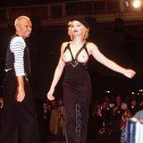 Mit Nacktheit hatte Madonna noch nie ein Problem, auch nicht auf de Laufsteg von Designer Jean Paul Gaultier, der für einen ihrer bekanntesten Looks, den spitzen Bustier verantwortlich zeichnet.