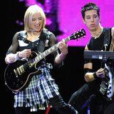 """Madonna wird 60: 2001 überrascht Madonna ihre Fans mit einem Image-Wechsel: Im Punk-Stil mit Schottenrock und Bondagestiefeln tritt sie während ihrer """"Drowned World""""-Tour in Philadelphia auf. Die Fans finden es toll, doch lange bleibt die Sängerin dem Punk-Stil nicht treu."""