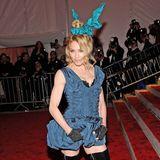 Madonna wird 60: Im Jahr 2009 erscheint Madonna in einem Allover-Look von Louis Vuitton bei der MET Gala in New York - gestylt von keinem Geringeren als Marc Jacobs. Ihr Look bestehend aus einem blauen Kleid, Overknee-Stiefeln und Haute Couture Hasenohren, wurde in der Presse unterschiedlich diskutiert und sorgte für Schlagzeilen auf der ganzen Welt.
