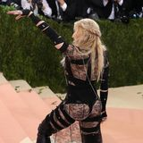 Madonna wird 60: Auf der MET Gala 2011 erscheint Madonna in einem Givenchy-Look aus Spitze, Bandagen, Leder sowie String und Nipple Tape. Der Look wäre nicht Madonnas, wenn er nicht genau solche skandalösen Details besitzt.