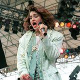 Blumenhose und Brokat-Jackett, Hauptsache durcheinander und einzigartig: So stand Madonna ebenfalls 1985 auf der Bühne.