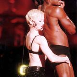 """Madonna wird 60: Während Madonnas """"The Girlie Show""""-Welttournee geht es auf der Bühne nicht nur mit Tänzern heiß her. Auch ihre Outfits bestehen mitunter lediglich aus sexy Unterwäsche, wie beispielsweise diesem aufreizendem Pailletten-BH."""