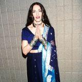 Madonna wird 60: In einem komplett anderem Look überrascht uns Madonna auf dem VH1 Fashion Award im Oktober 1998. In einem traditionellen, royal-blauem indischen Sari demonstriert sie ihr wachsendes Interesse an fernöstlichen Kulturen und Riten.