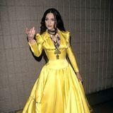 Madonna wird 60: Was auf dem ersten Blick aussieht wie eine Gothic Disney-Prinzessin, ist Madonnas Outfit auf den VH1 Awards 1998. Das gelbe Satin-Kleid von Olivier Theyskens ist relativ untypisch für die Sängerin und wird von der Presse kritisiert.