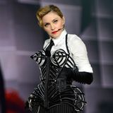 Madonna wird 60: Während der neunten Tournee - der MDNA Tour - überrascht Madonna ihre Fans 2012 mit einem Spitzen-BH-Revival in Form einer sexy Corsage.