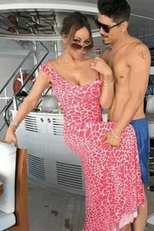 Dass sich Paare im Laufe der Jahre immer ähnlicher werden, isteine altbekannte These. Zwar sind Mariah Carey und ihr HübschlingBryan Tanaka erst seit etwa 10 Monaten ein Paar, aber in Sachen Armmuskeln stehen sich die beiden Turteltäubchen in Nichts nach. Wir sind gespannt, ob wir demnächst auch ein paar Bauchmuskeln à la Bryan Tanaka zu sehen bekommen ...