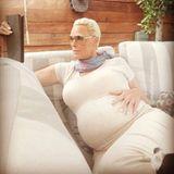 Brigitte Nilsen  Am 30. Mai 2018 postet der ehemalige Actionfilmstar sich hochschwanger. Im Juli bringt sie mit bemerkenswerten 54 Jahren ihr fünftes Kind zur Welt.