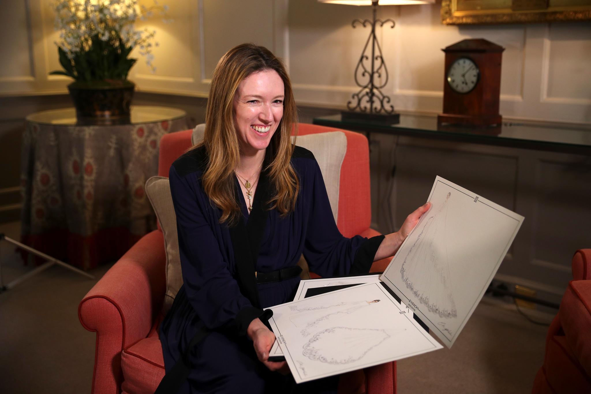 Clare Waight Keller mit Skizzen für das Brautkleid von Herzogin Meghan.